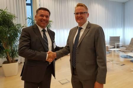 Peter Novak, komercialni direktor Kolektor Etre, in Timo Kiiveri, podpredsednik Fingrida, po podpisu pogodbe